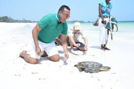 minister of tourism watching Turtle (KASA)